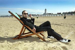Jules Deelder op het Katwijkse strand